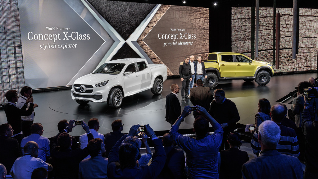 Mercedes-Benz Concept X-CLASS / Artipelag / Stockholm 2016 / von links nach rechts: Gorden Wagener (Leiter Design Daimler AG), Dr. Dieter Zetsche (Vorstandsvorsitzender der Daimler AG und Leiter Mercedes-Benz Cars) und Volker Mornhinweg (Leiter Mercedes-Benz Vans) bei der Enthüllung des Mercedes-Benz Concept X-CLASS ; Mercedes-Benz Concept X-CLASS / Artipelag / Stockholm 2016 / from left to right: Gorden Wagener (Head of Design Daimler AG), Dr Dieter Zetsche (Chairman of the Board of Daimler AG and Head of Mercedes-Benz Cars) and Volker Mornhinweg (Head of Mercedes-Benz Vans) at the reveal of the Mercedes-Benz Concept X-CLASS;