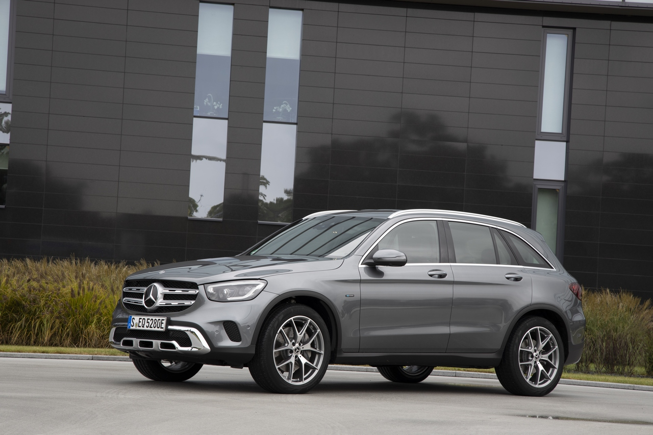 GLC 300 e 4MATIC, selenitgrau metallic, Leder schwarz;Kraftstoffverbrauch gewichtet 2,5-2,2 l/100 km, CO2-Emissionen gewichtet 57-51 g/km, Stromverbrauch gewichtet 17,8-16,5 kWh/100 km* (vorläufige Angaben)<br /> GLC 300 e 4MATIC, selenite grey metallic, Leather black ;Weighted fuel consumption 2.5-2.2 l/100 km, weighted CO2 emissions 57-51 g/km*, weighted power consumption 17.8-16.5 kWh/100 km (provisional figures)