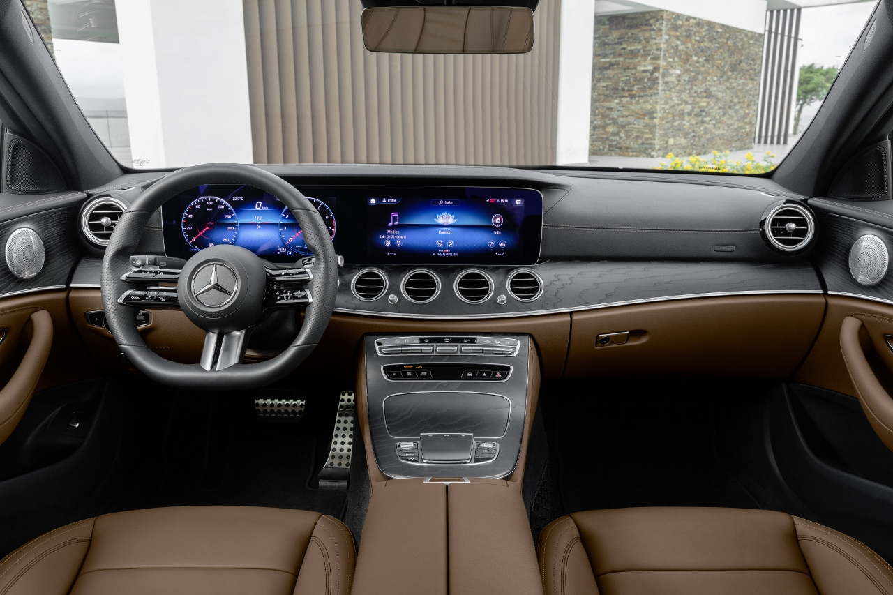 Mercedes-Benz E-Klasse Limousine, 2020, Outdoor; Interieur: Leder Nappa sattelbraun/schwarz, AMG Line, Holz-Zierteile Esche schwarz offenporig, Night Paket<br /> Mercedes-Benz E-Class Sedan, 2020, Outdoor, interior: nappa leather saddle brown/black, AMG Line, open-pore black ash wood trim, night package